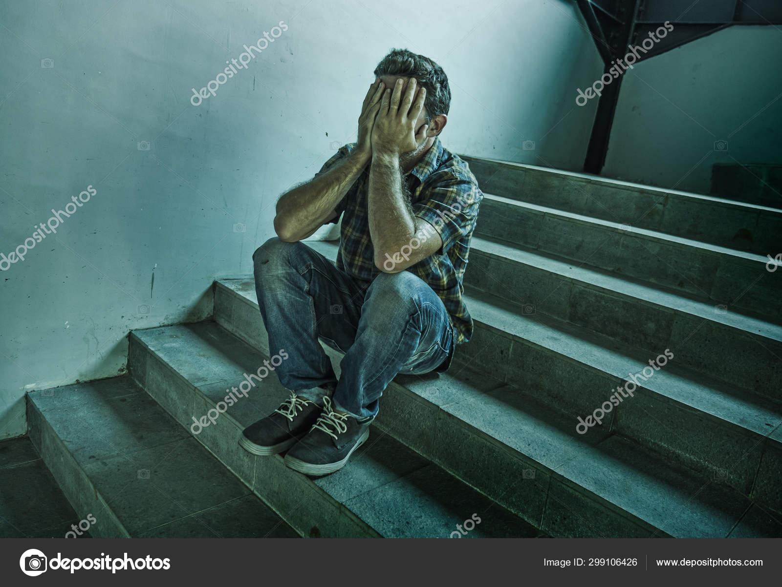 Potret Gaya Hidup Dramatis Seorang Pria Muda Yang Depresi Dan Sedih Duduk Di Luar Ruangan Di Tangga Jalan Gelap Menderita Masalah Depresi Dan Krisis Kecemasan Menangis Putus Asa Stok Foto C