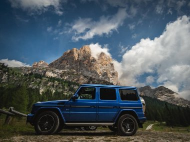 Great adventure in the dolomites with a G500 where we stopped in the nature. Dolomites and the G Class in the background. Cinque Torri