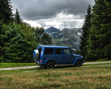 Great adventure in the dolomites with a G500 where we stopped in the nature. Dolomites and the G Class in the background. Tre cime