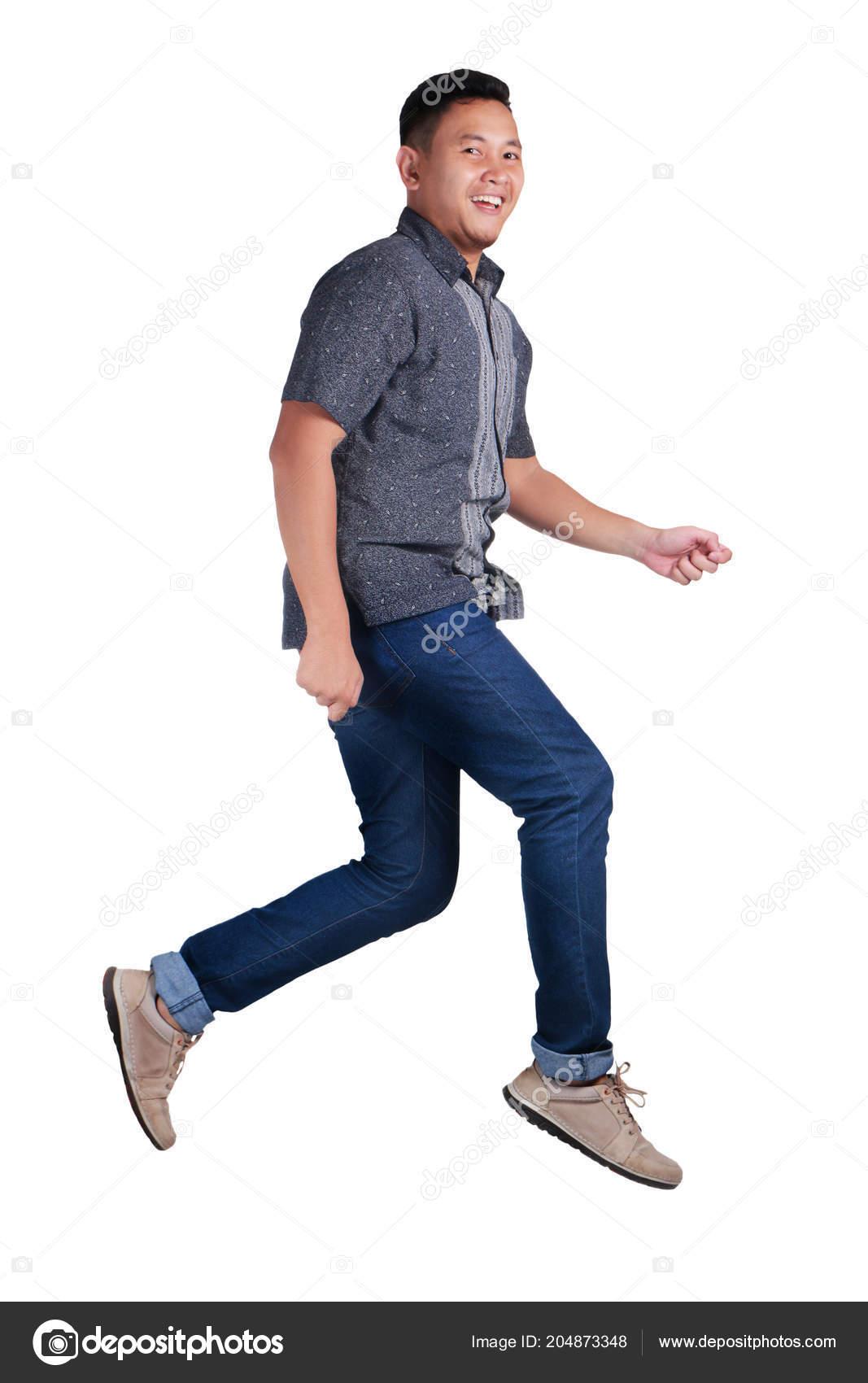 a174c8e0e9 Giovane Uomo Asiatico Divertente Batik Blu Camicia Jeans Blu Piedi ...