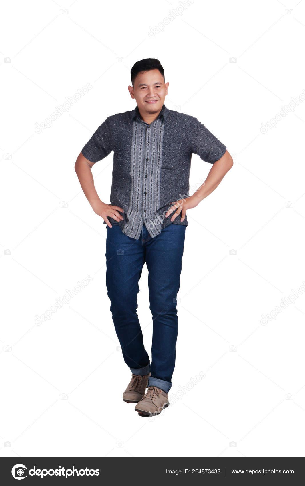d8142a7442 Giovane Uomo Asiatico Che Indossa Blue Jeans Camicia Batik Gesto ...