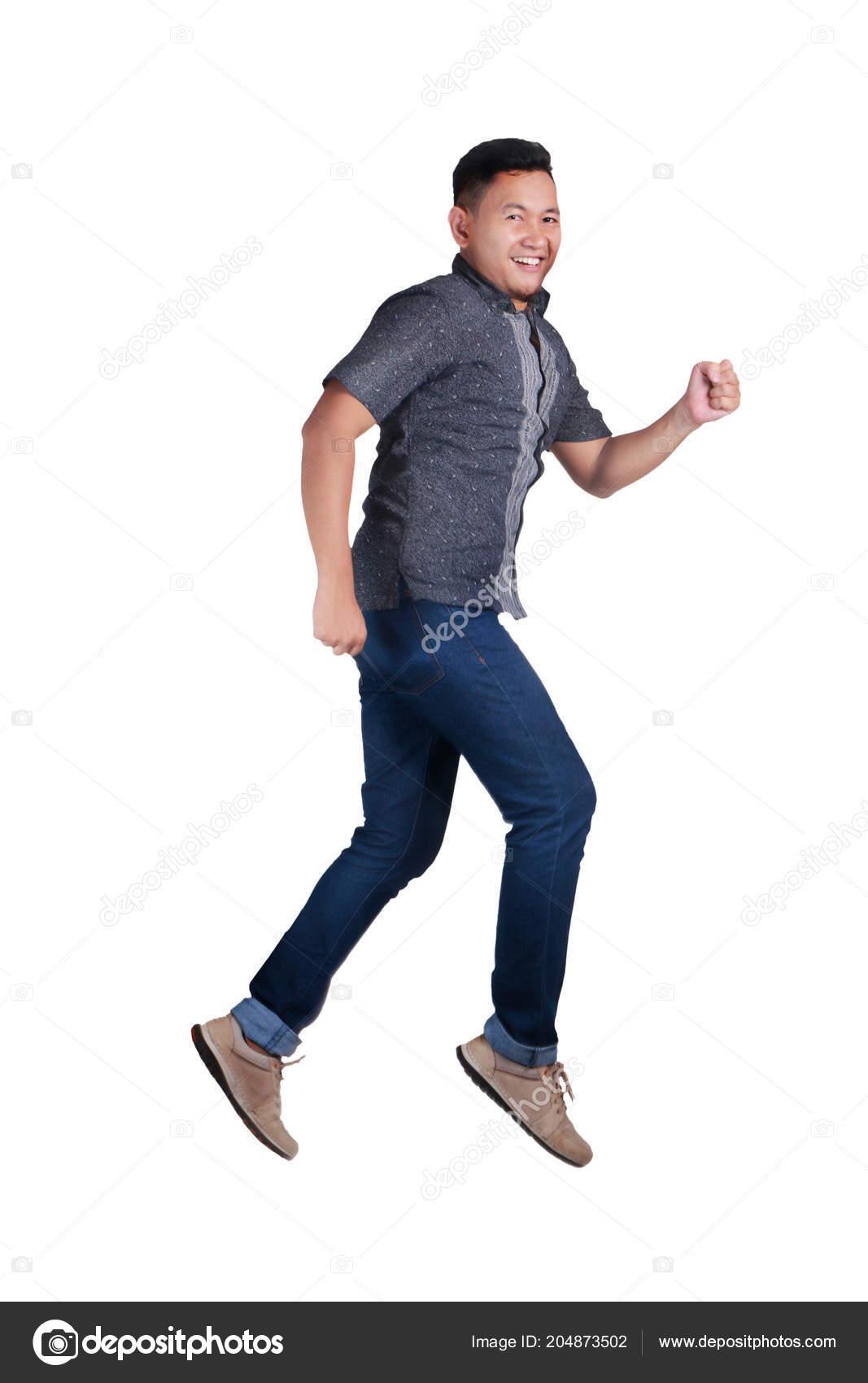 8f5cc0fba4 Giovane Uomo Asiatico Felice Camminando Aria Blue Jeans Camicia ...