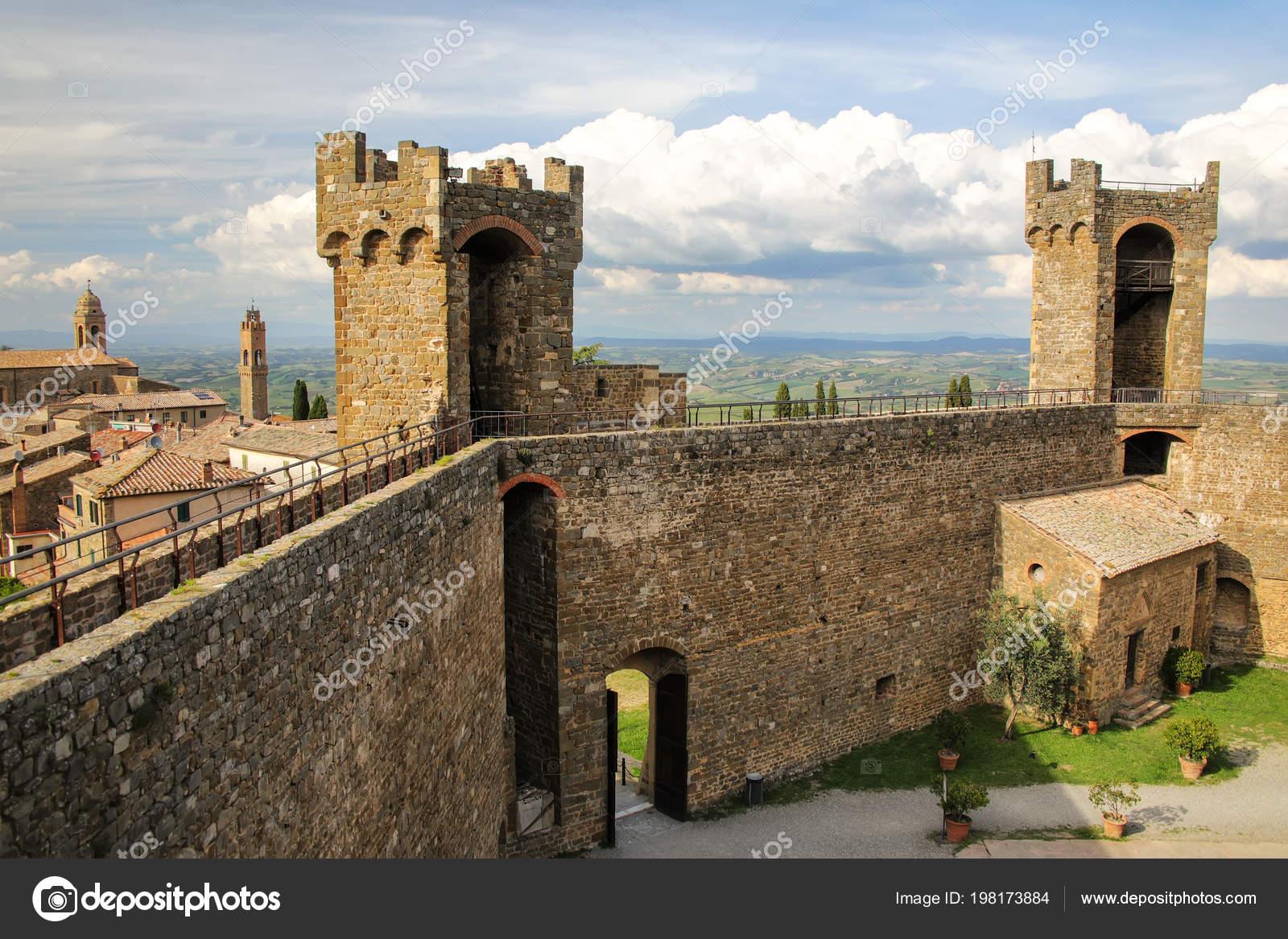 Крепость в Монтальчино в Валь д ' Орча, Тоскана, Италия. Крепость была  построена в 1361 году на вершине самой высокой точке города– Стоковое  изображение
