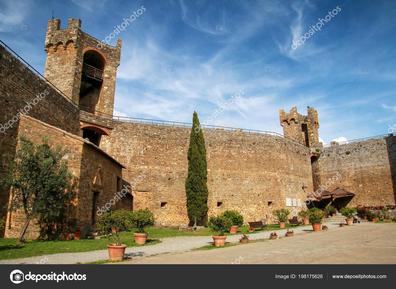Двор крепости Монтальчино в Валь д ' Орча, Тоскана, Италия. Крепость была  построена в 1361 году на вершине самой высокой точке города– Стоковое  изображение