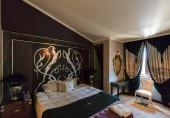ELENITE, BULGÁRIA - 2016. július 16.: A Royal Castle Hotel éjszakai szobája. Ez az első 5 csillagos superior luxus szálloda a Fekete-tenger partján 2011-ben nyitotta meg kapuit, tulajdonosa a Victoria Group.
