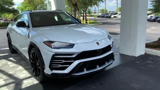 Miami, FL, USA-16. duben 2019: samci, který se Rozblokuje luxusní bílý Lamborghini Urus. Lamborghini Urus je SUV vyráběný výrobcem italské automobilky 4k