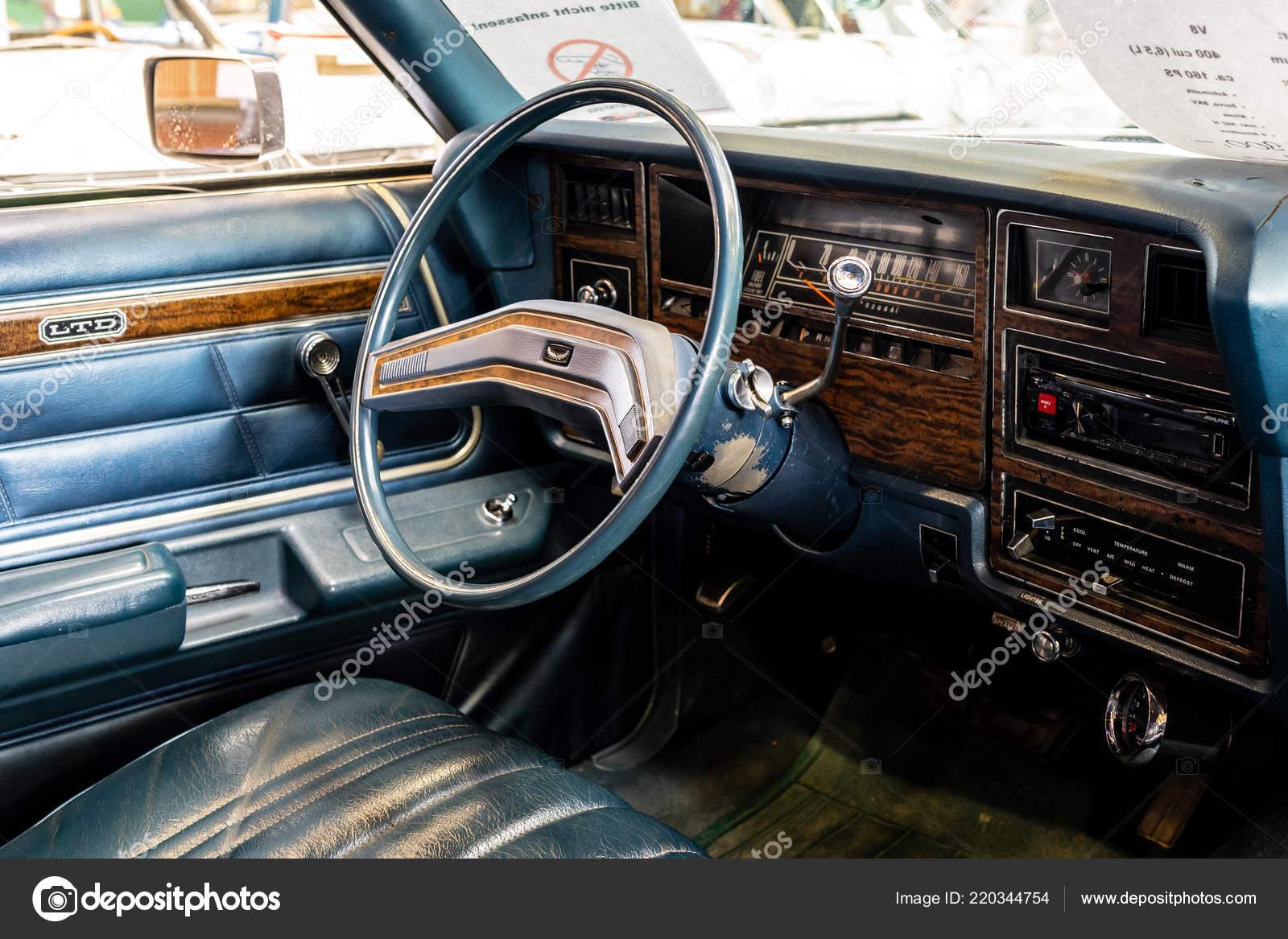 f32c2347d0f Paaren Im Glien, Γερμανία - 19 Μαΐου 2018: Εσωτερικό του πλήρους μεγέθους  αυτοκίνητο Ford Ltd στέισον βάγκον, 1975. Πεθαίνουν Oldtimer εμφάνιση 2018  ...