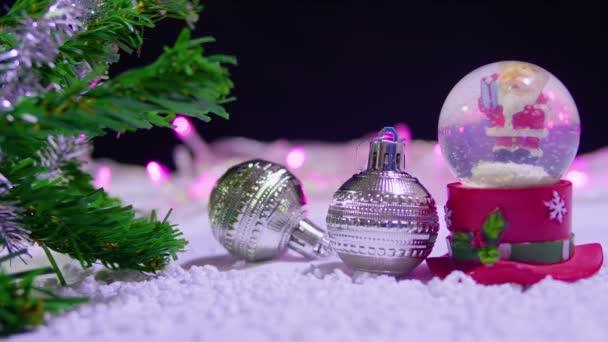 Záběry ze sněhové koule a dvě koule Vánoční kolekce