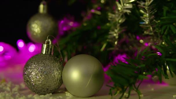 Aufnahmen von Kugeln und Tannenbäumen. Weihnachts-Kollektion