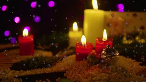 Dekoráció olcsó gyertya égett, ajándék és hó felvételeket. Karácsony-gyűjtemény