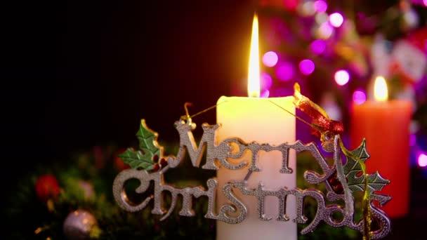 Záběry ze stromu s ornament Vánoce a dva svíčku, hořící na ozdobu Štědrý den kolekce