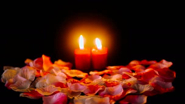 Aufnahmen von happy Valentinstag mit Kerzen brennen und Blume rose Blumenblätter Kollektion