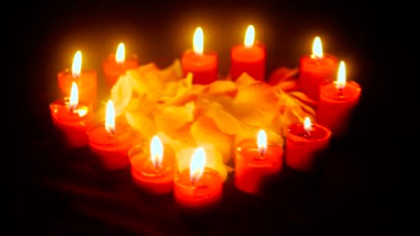 Aufnahmen von Blumenblättern mit brennenden Kerzen für die Valentinstags-Kollektion