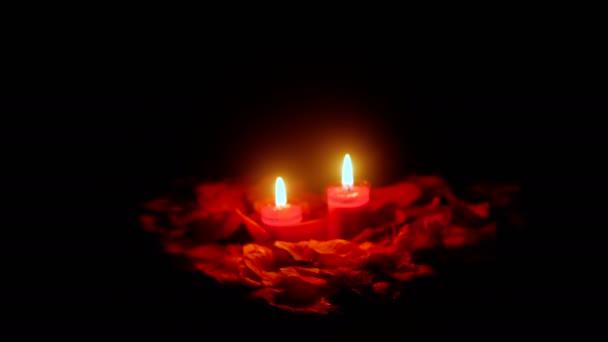 Urlaub Valentinstag mit Filmmaterial Kerze brennt und Blütenblätter Blume Kollektion