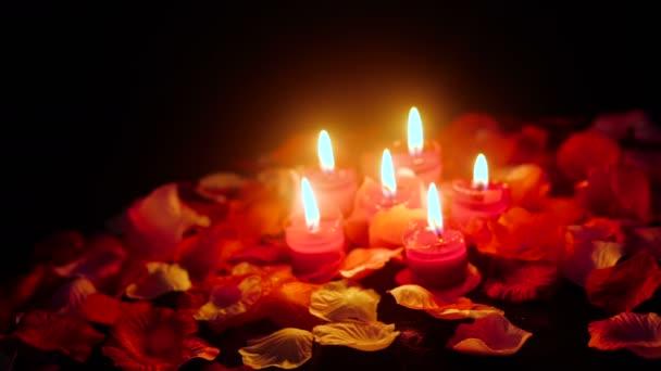 Blumenblätter für den Valentinstag mit Kerzensammlung