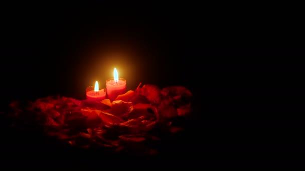 Valentine den se záběry Svíčka hoří a sbírku okvětní lístky růže květ