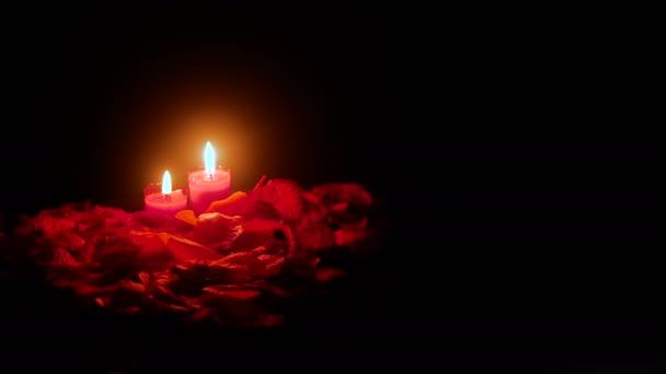 Valentinstag mit Filmmaterial Kerze brennen und rose Blume Blütenblätter Sammlung