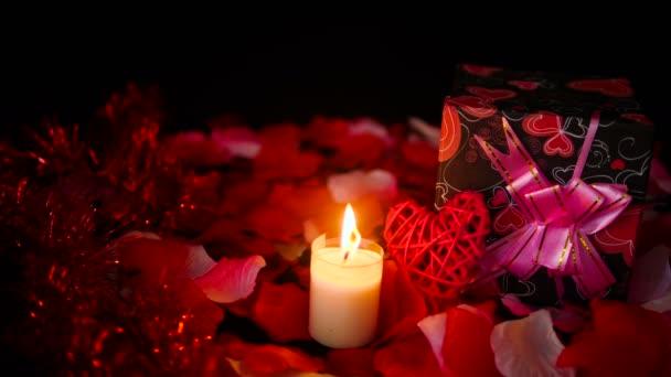 Dekoration Material Valentine mit Geschenk-Boxen, Kerzen brennen und Rosenblüten-Sammlung