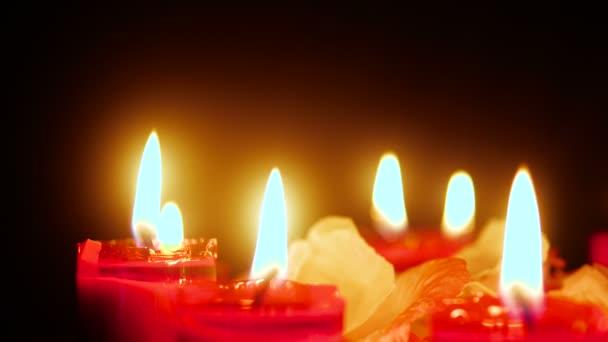 Aufnahmen von Kerze mit Blütenblättern. Valentine Day Kollektion