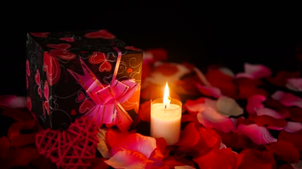 Dekoráció felvételeket Valentin ajándék dobozok, gyertya égett, és a rózsaszirom gyűjtemény