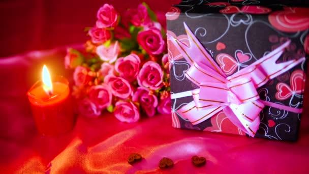 Aufnahmen von Blumensträußen, Kerzenbrennen und Deko-Valentinssammlung