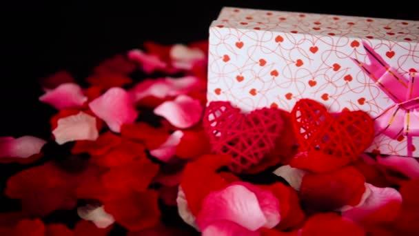Záběry z dekorace Valentýn s dárkové krabičky, hoří svíce a sbírku růží
