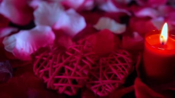 Happy Valentine Day mit brennenden Kerzen und Rosenblättern Footage Kollektion