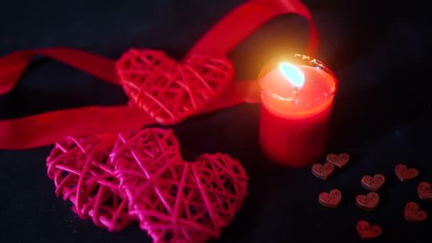 Valentine den dekorace s hořící svíčka, červenou stužku a dřevěné love kolekce