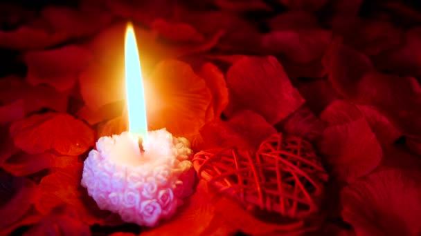 Valentinstag mit Filmmaterial von Kerze brennen, Dekoration Liebe und Rosenblüten-Sammlung