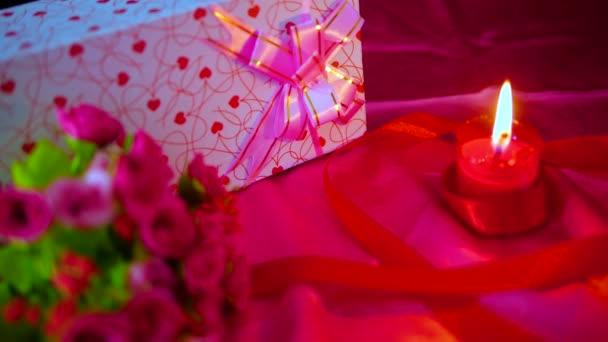 Filmmaterial Dekoration von Blumenstrauß, Geschenk und brennenden roten Kerzen für die Valentinssammlung