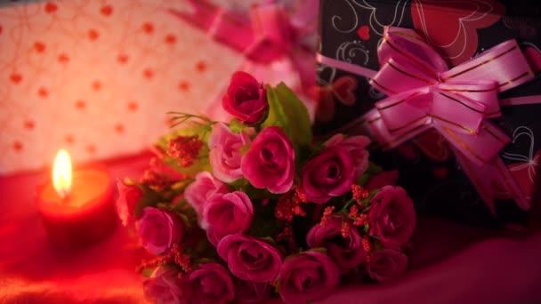 Filmmaterial Dekoration Blume Bouquet, Geschenk und rote Kerze brennt für Valentine Sammlung