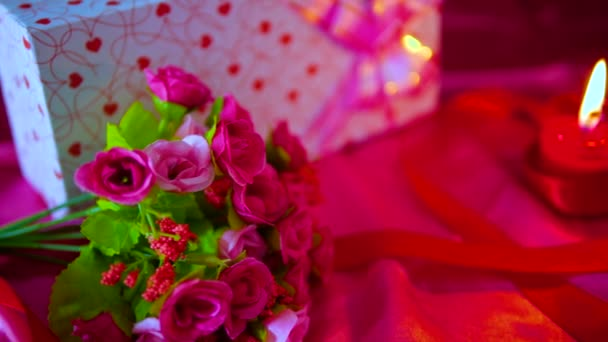 Felvétel, csokor virág, ajándék, égő gyertya és szalag dekoráció Valentin gyűjtemény