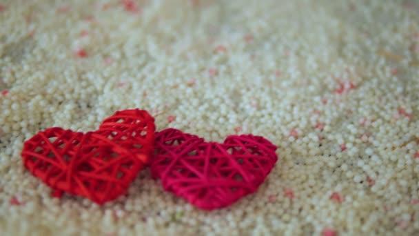 Filmmaterial von Herzdekoration auf Sand für Valentinstag Sammlung