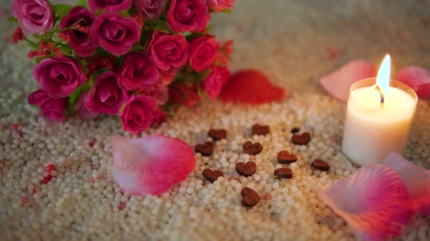Dekorace záběry valentine květinové kytice, hoří svíce a sbírku růží