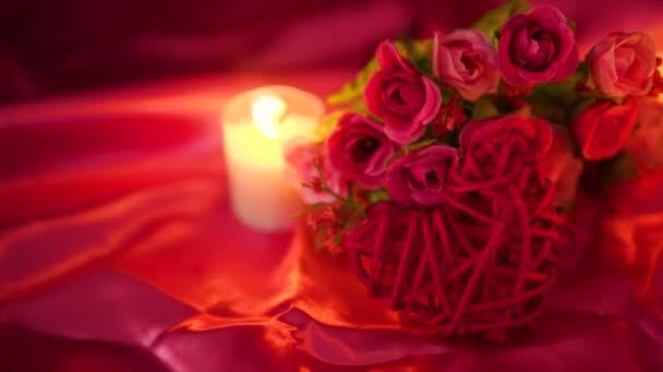 Aus dem süßen mit Kerze brennen und Blume Bouquet. Valentine Gruß Footage Kollektion