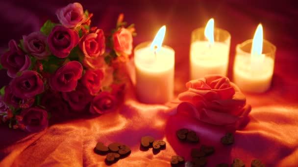 Filmaufnahmen von Dekoration Valentinstag mit Sammlung von Blumen und Kerzenlichtern