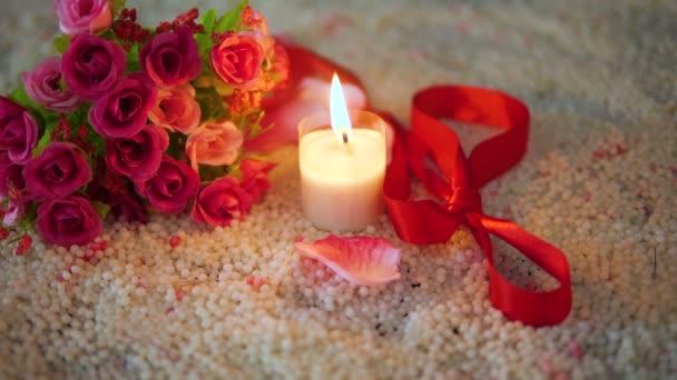 Strauß Rosen, Schleife und Kerzen brennen Filmmaterial für Valentinstag Kollektion