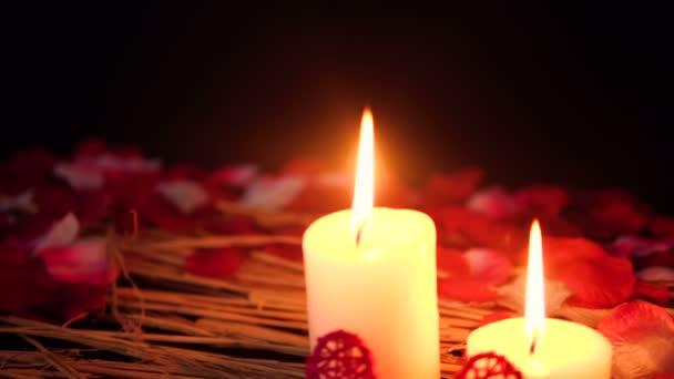 Aufnahmen von bewegen Sie brennende Kerzen und Rosenblüten. Valentine Day Kollektion