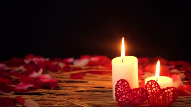 Dekoration von Filmmaterial Valentinstag mit Kerze und Blütenblätter Sammlung