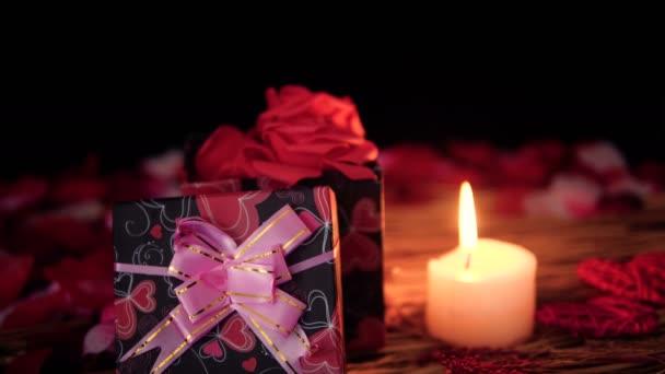 Happy Valentine Day mit Aufnahmen von Geschenk-Boxen, Kerze und Blume Blütenblätter Sammlung