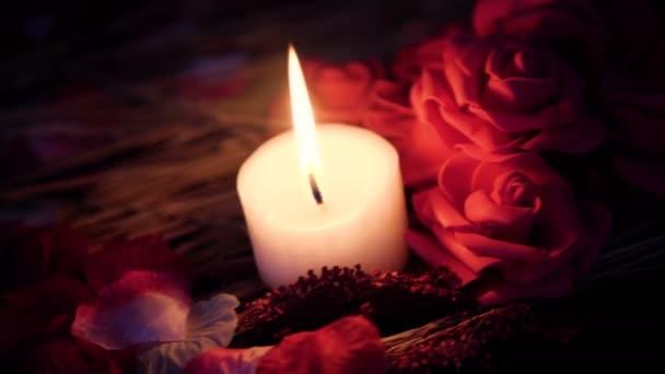 Aufnahmen von Rosenblättern, Kerzen brennen und Blume rose bewegen. Valentine Day Kollektion