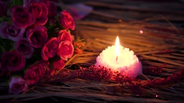 Kerze brennen und Bouquet Blumen für Valentine Tag Footage Kollektion