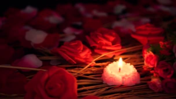 Aufnahmen von Blumenblättern, Rosen und brennenden Kerzen. Valentinstag-Kollektion