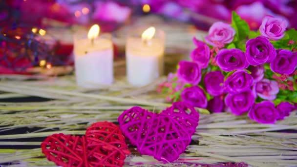 Filmmaterial der Dekoration Valentinstag mit Strauß und Kerzenbrennen Sammlung