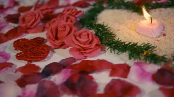 Sorpresa De San Valentín Con Pétalos De Flores Rosas De La Decoración Y La Vela Ardiente Colección De Material De Archivo