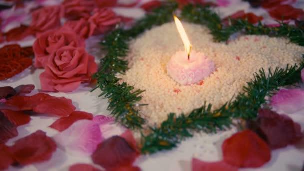 Überraschung Valentinstag mit Dekoration Blume, Rosenblätter und Kerzenverbrennen Filmsammlung