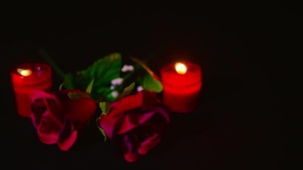 Filmmaterial Umzug der Valentinstag mit Kerze brennen und rote Blume rose Kollektion