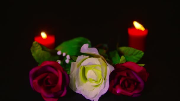 Aufnahmen von roten und rosa Rosen Blume mit rote Kerze brennen. Valentine Day Kollektion