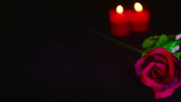 Filmaufnahmen vom Valentinstag mit Kerzenbrennen und Sammlung roter Rosen