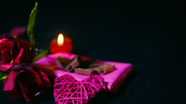 Rosen und Kerze brennt süßen Moment Valentinstag. Footage Kollektion